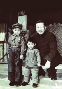 Си Цзиньпинь с братом и отцом